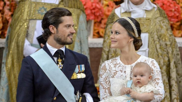 Bis Prinzessin Sofia von Schweden, hier mit Ehemann Prinz Carl Philip und Söhnchen Prinz Alexander, bei den Royals Fuß fassen konnte, war es ein langer Weg. (Foto)
