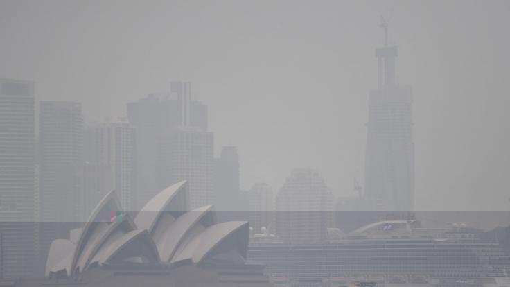 Das Opera House in Sydney ist von Rauch umhüllt.