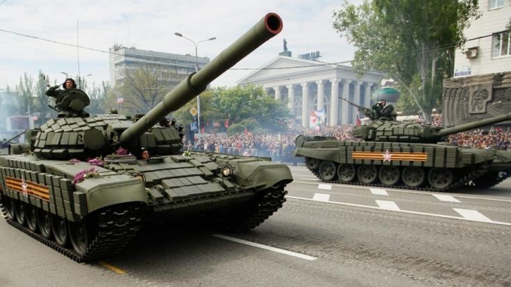 Pro-russiche Militärparade in der Ukraine: Hier tötete die russische Armee 2.000 Soldaten.
