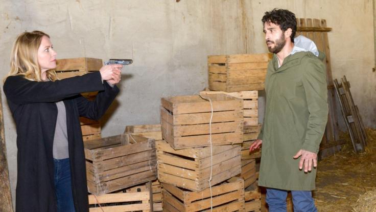 Tobias (Jan Kittmann) gerät in die Gewalt von Melanie (Diana Staehly). (Foto)