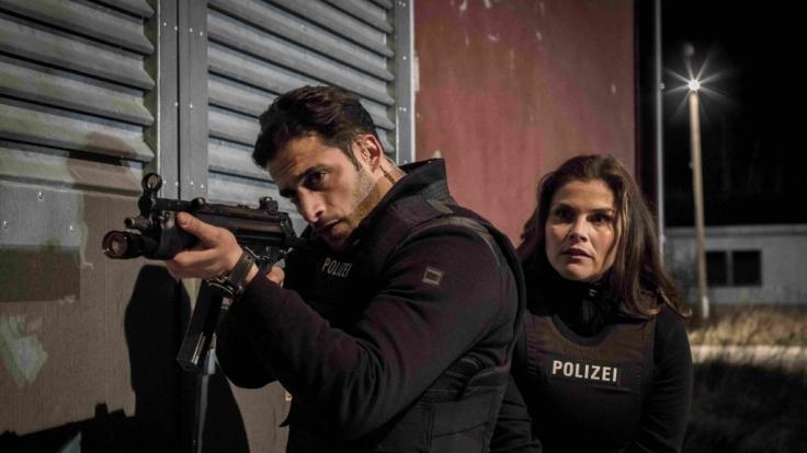 Karim Uthman (Karim Günes) und Nina Petersen (Katharina Wackernagel) erreichen das Gebäude, in dem der Entführer sich mit dem entführten Mädchen versteckt hält, und sichern sich den Weg. (Foto)