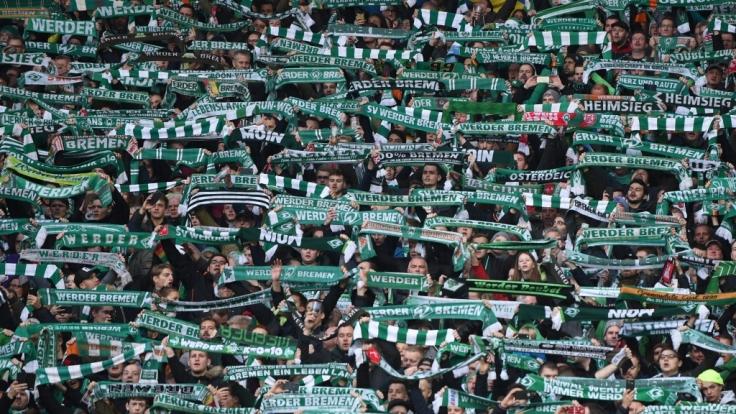 Mit den Schals in der Luft unterstützen die Fans den SV Werder Bremen. (Symbolfoto)