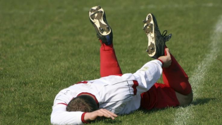 Wer sich schon vor dem Spiel gut aufwärmt, verringert später das Risiko für Verletzungen.