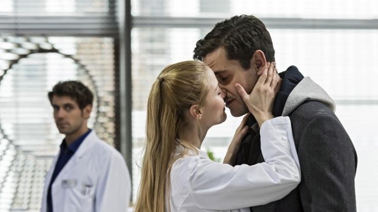 Eric bemerkt, dass etwas in der Beziehung mit Julia nicht stimmt. Diese beschwichtigt ihn mit einem Kuss, den Niklas Ahrend zufaellig beobachtet. (Foto)