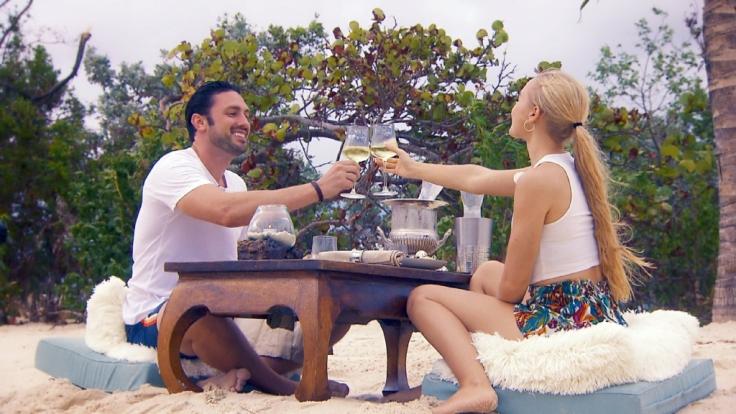 Bei einem gemeinsamen Essen neigt sich der Tag für Daniel und Svenja dem Ende entgegen. (Foto)