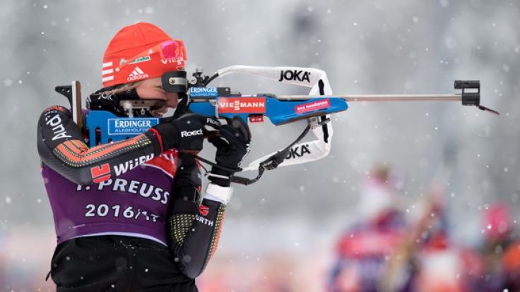 Die deutsche Biathletin Franziska Preuß nimmt mit ihren Kolleginnen Vanessa Hinz, Maren Hammerschmidt und Laura Dahlmeier bei der 4x6-Kilometer-Staffel den Sieg ins Visier.