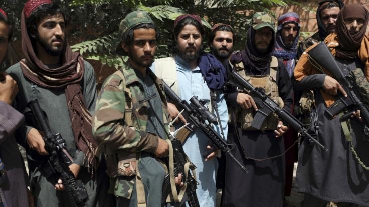 Taliban-Kämpfer sollen eine schwangere Polizistin hingerichtet haben. (Foto)
