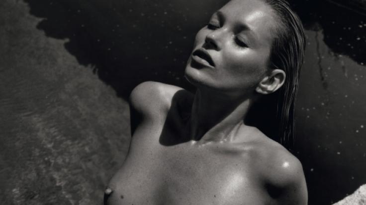 Kate Moss posiert nackt: Für den Pirelli-Kalender 2012 ließ das Model die Hüllen fallen. (Foto)