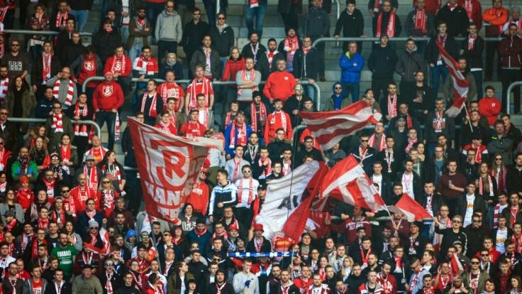 Unterstützer von Jahn Regensburg folgen gespannt dem Spiel ihres Vereins. (Symbolbild)