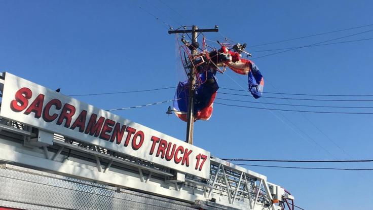 Im US-Bundesstaat Kalifornien stürzte der Weihnachtsmann plötzlich vom Himmel und musste von der Feuerwehr aus einer Stromleitung gerettet werden. (Foto)