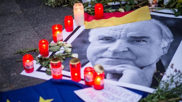 Trauerkerzen am Wohnhaus des verstorbenen Altkanzlers Helmut Kohl.
