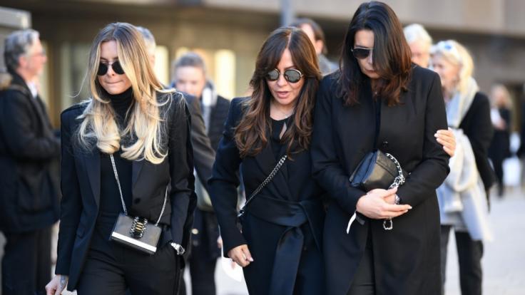 Sophia Thomalla, Simone Thomalla und Katy Assauer (von links) kommen von der Trauerfeier.
