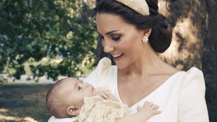 Herzogin Kate schaut verliebt zu ihrem Sohn Prinz Louis. (Foto)