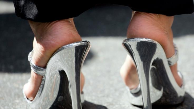 Schmerz lass nach: Für glänzend hohe Auftritte ertragen viele Frauen gepeinigte Füße und nehmen gesundheitliche Schäden in Kauf. (Foto)