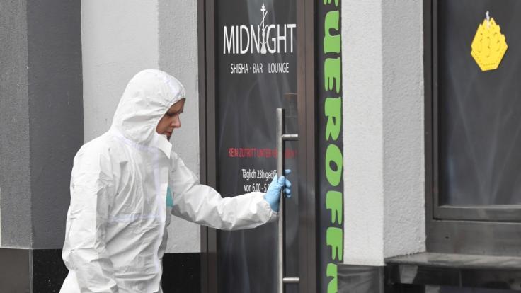 Eine Mitarbeiterin der Spurensicherung steht an einem Tatort am Heumarkt. (Foto)