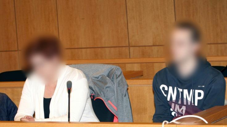 Mutter (l) und Vater des toten Nico sitzen zu Beginn des Prozesses im Gericht. (Foto)