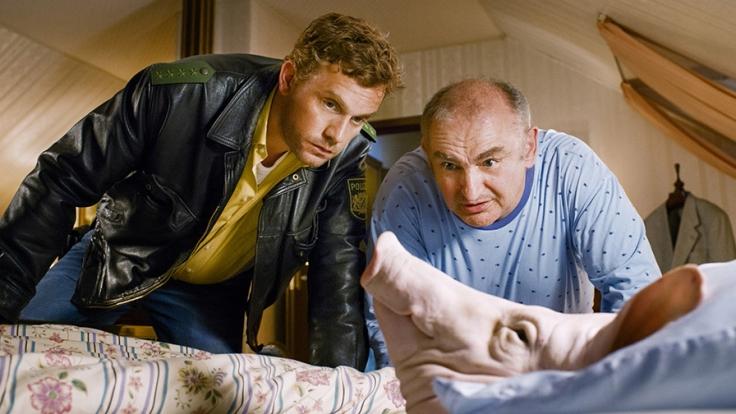 Ein Schweinekopf bringt das gemächliche Leben von Polizist Eberhofer (Sebastian Bezzel, l.) ordentlich durcheinander. (Foto)