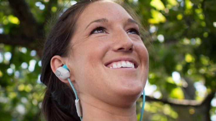 Für den Sport entwickelte In-Ear-Kopfhörer sollten sicher und bequem sitzen - von den Anpassungsmöglichkeiten der Hersteller sollten die Nutzer deshalb Gebrauch machen. (Foto)