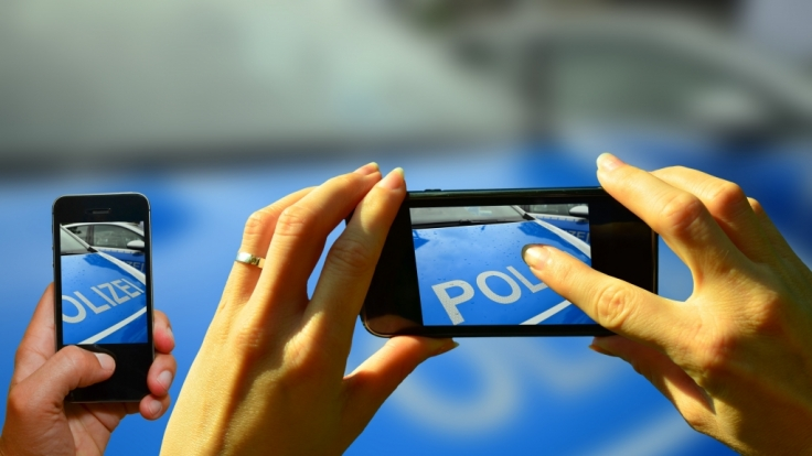 Statt zu helfen, sollen zahlreiche Zeugen die Tat mit dem Handy gefilmt haben. (Foto)