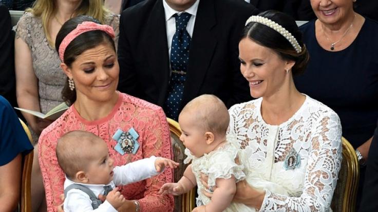 Der kleine Prinz Oscar von Prinzessin Victoria von Schweden (links) hat im März 2016 das Licht der Welt erblickt.