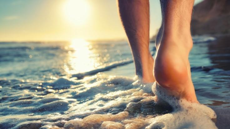 Barfuß am einsamen Strand (Foto)