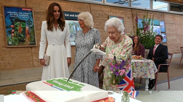 Die Queen beim G7-Gipfel mit Herzogin Kate und Herzogin Camilla. (Foto)