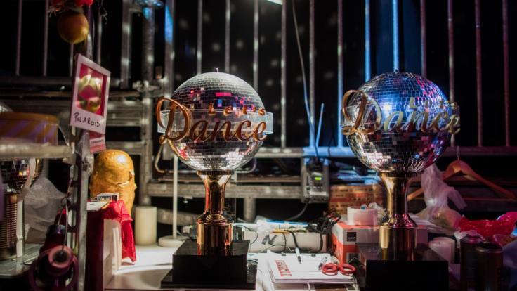 """Zwei """"Let's Dance""""-Pokale hinter den Kulissen: Die RTL-Show tourt 2019 live durch Deutschland. (Foto)"""
