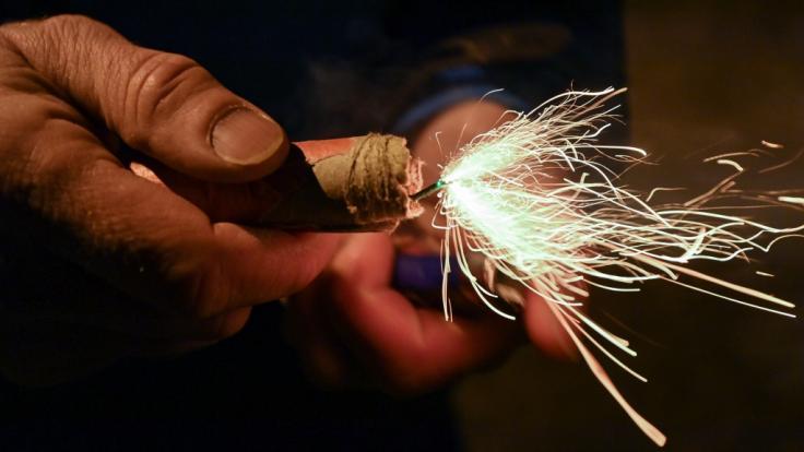 Trotz Böllerverbots sind in der Silvesternacht etliche Menschen durch Pyrotechnik verletzt worden (Symbolbild).