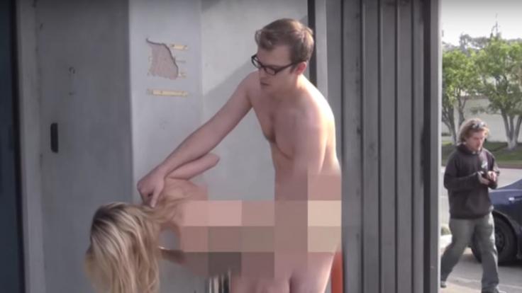 Nackte Tatsachen im heißesten Youtube-Prank: Dieses Pärchen hat Sex in der Öffentlichkeit und schämt sich kein bisschen. (Foto)