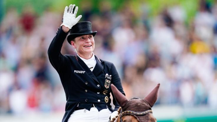 Die deutsche Dressurreiterin Isabell Werth auf dem Pferd Bella Rose winkt nach dem Ritt beim Grand Prix Special ins Publikum. (Foto)