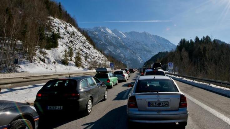Wegen des Ferienendes kehren zahlreiche Winterurlauber aus den Alpen nach Deutschland zurück. Auf den südlichen Strecken wird es daher voll.
