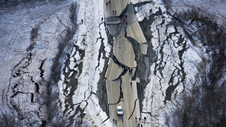 Dieses Luftbild zeigt die massiven Schäden im Süden Alaskas nach dem Erdbeben.