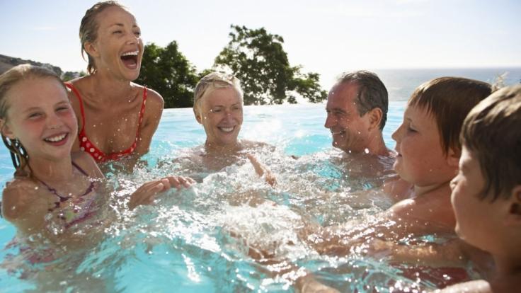 Unbeschwerter Badespaß gehört zum Sommer dazu. Für die Ohren ist das Chlor- oder Meerwasser allerdings häufig belastend. (Foto)