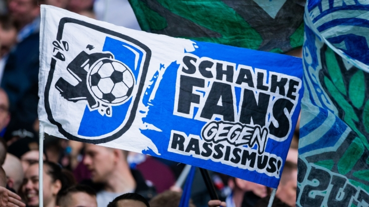 Engagiert zeigen sich die Fans von Schalke 04 auf der Tribüne und feiern ihren Verein. (Symbolbild) (Foto)