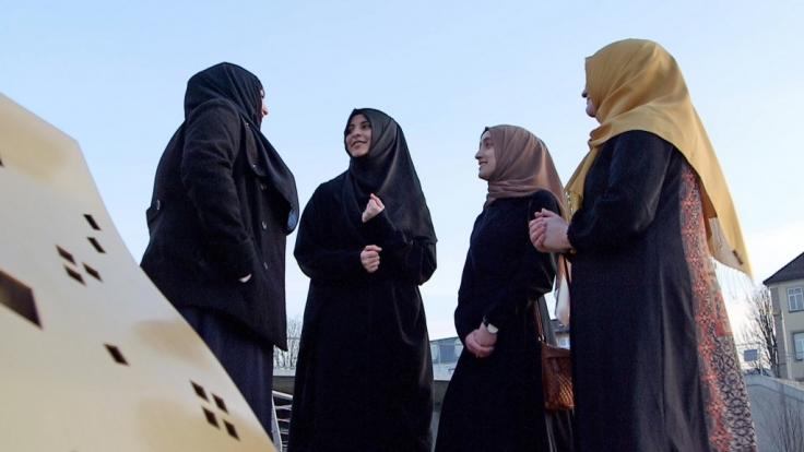 Mit dem Glauben wechselte die zwanzigjährige Katja auch den Freundeskreis. Vor zwei Jahren wurde sie Muslima, musste gegen viele Vorurteile ankämpfen. Szene aus der Vox-Dokumentation