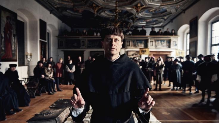 Der als Ketzer verurteilte Martin Luther (Roman Knizka) bei der Verteidigung seiner Schriften auf dem Reichstag in Worms (1521).