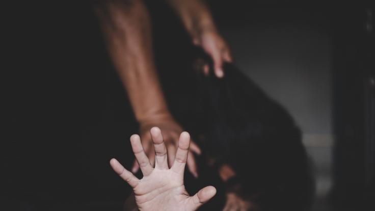 Eine Mutter wurde vor den Augen ihrer Kinder vergewaltigt. (Foto)