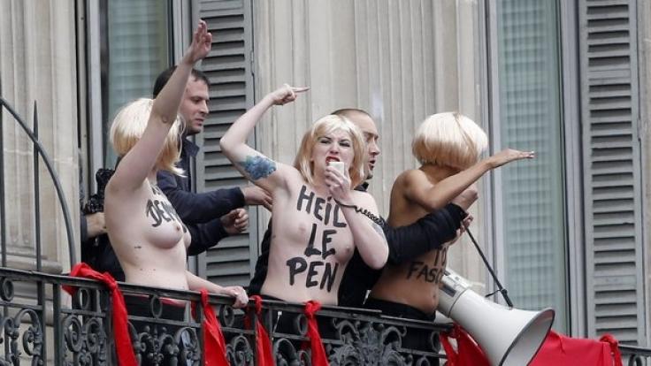 Femen-Aktivistinnen störten Kundgebung der Nazi-Partei Front National in Frankreich.