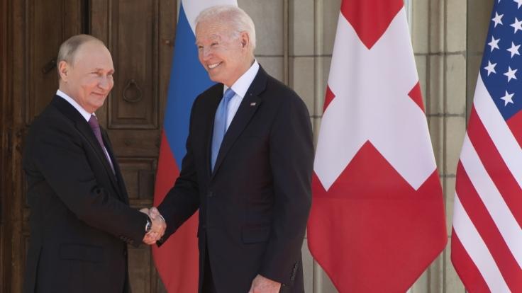 Der russische Präsident Wladimir Putin und US-Präsident Joe Biden schütteln sich die Hände bei ihrem Treffen in Genf. (Foto)
