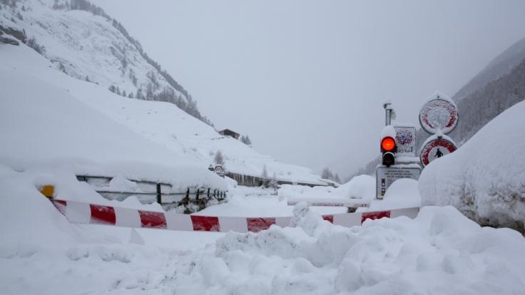 Zermatt in der Schweiz verzeichnet aktuell enorme Schneemengen - wegen Lawinengefahr wurden Zufahrtsstraßen gesperrt, rund 9.000 Feriengäste sitzen in dem Ort fest.
