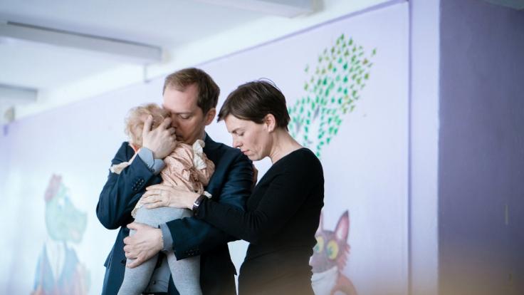 Peter (Godehard Giese) und Marie (Victoria Mayer) mit Wunschkind Nina (Urszula). (Foto)
