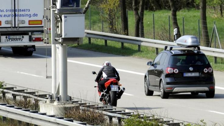 Autofahrer haben am Wochenende meist freie Fahrt. Allerdings müssen sie sich die Straßen nun wieder mit einigen Motorradfahrern teilen. (Foto)