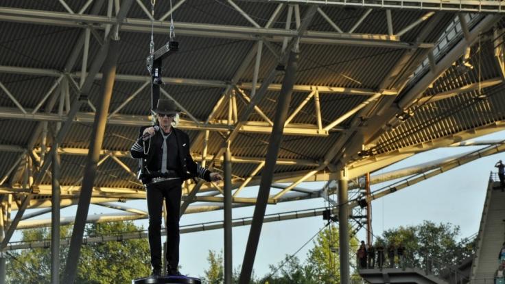 Udo Lindenberg schwebt über seinen Leipziger Fans