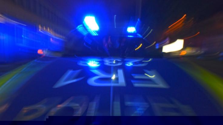 Bei einem Autounfall in Lünen (Nordrhein-Westfalen) sind eine 20-jährige Frau und ihr vier Jahre alter Sohn getötet worden (Symbolbild). (Foto)