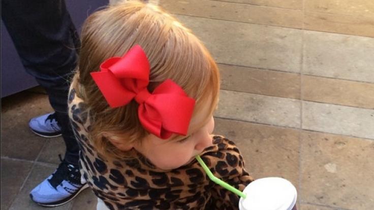 Unterwegs gibt's schnell einmal einen Babyccino - schließlich hat Pixie keine Zeit.