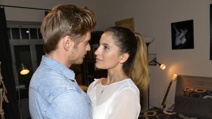 Philip (Jörn Schlönvoigt) bringt Verständnis für Lauras (Chryssanthi Kavazi) Situation auf. (Foto)