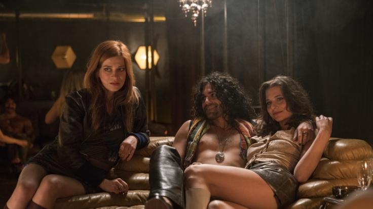 Zarah Wolf (Claudia Eisinger, l.) und Jenny Olsen (Svenja Jung, r.) bezirzen Rockstar Tom Stroker (Arthur L. Colombini). (Foto)