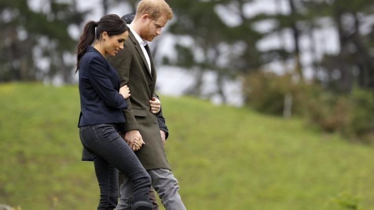 Tiefer können Meghan Markle und Prinz Harry nicht fallen: In aktuellen Umfragen stehen der Herzog und die Herzogin von Sussex ganz unten auf der Beliebtheitskala im Königshaus. (Foto)