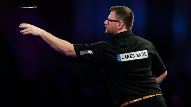 Der Schriftzug auf dem Trikot verrät's: Vor seiner Karriere als Darts-Profi war James Wade Kfz-Mechaniker. (Foto)