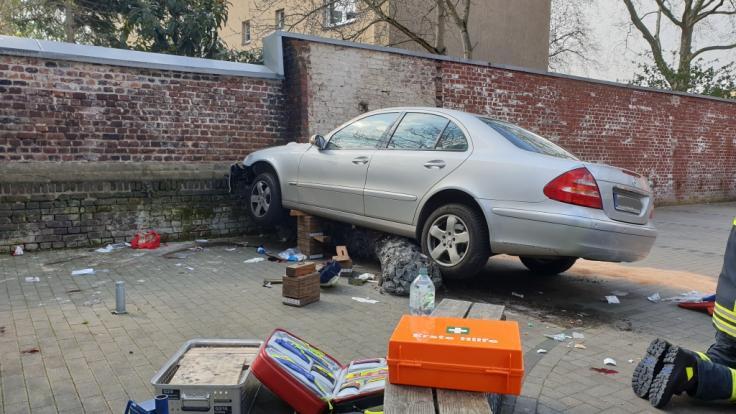 Der Wagen des betagten Unfallverursachers kam erst an einer Mauer zum Stehen. (Foto)